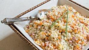 arroz chines num recipiente