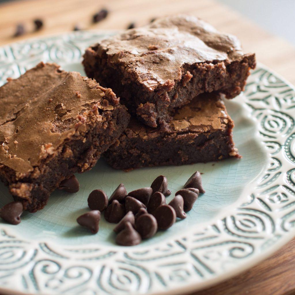 brownie e gotas de chocolate no prato