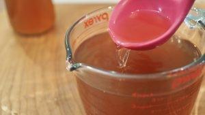 caldo de legumes na jarra