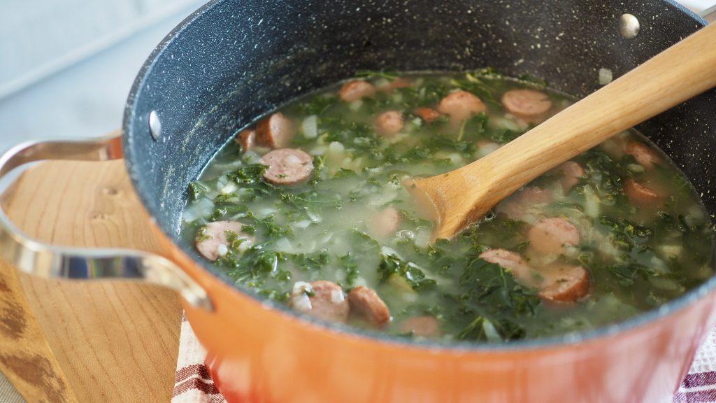 sopa caldo verde na panela