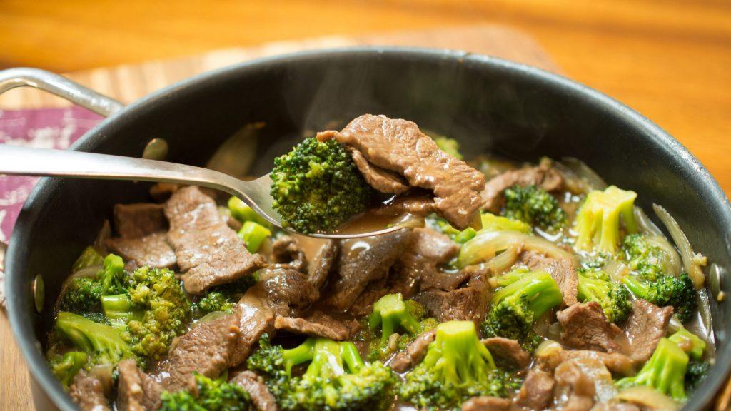 frigideira de carne com brócolis