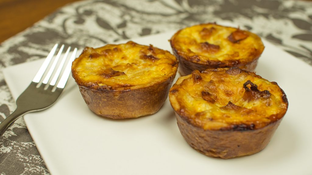 mini quiches no prato