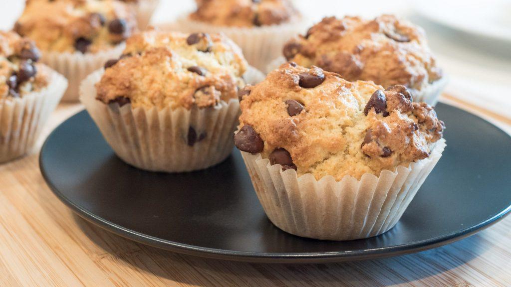 muffins com gostas de chocolate