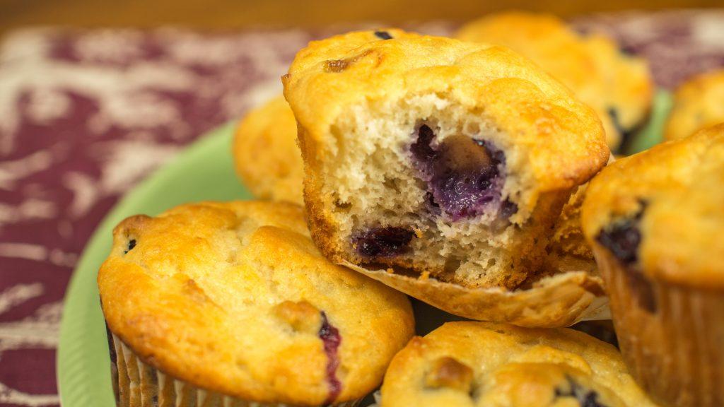 muffins de iogurte, banana e blueberry